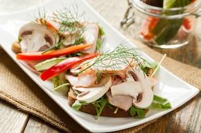 Kanapki z wędliną i warzywami, daktyle suszone