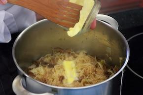 Kapusta kiszona z grzybami duszona na maśle – krok 3