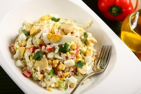 Kapusta pekińska z jajkiem i kukurydzą