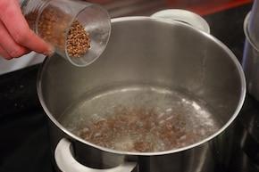 Kasza gryczana z sosem grzybowym – krok 1