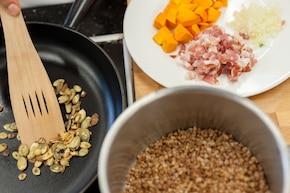 Kasza gryczana smażona z dynią, boczkiem i serem feta – krok 1