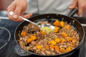 Kasza gryczana smażona z dynią, boczkiem i serem feta – krok 4