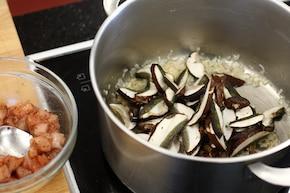 Kaszotto z kurczakiem, grzybami leśnymi i zielonym groszkiem – krok 2