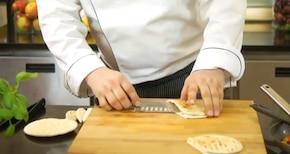 Kieszonki pita z kurczakiem i niebieskim serem - VIDEO – krok 5