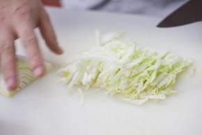 Klasyczna sałatka mix z kapustą pekińską  – krok 1