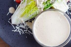 Klasyczny sos do sałatki Cezar
