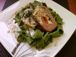 Klops na domowym szpinakowym tagiatelle z delikatnym sosem