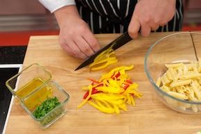 Sałatka makaronowa z salami i papryką – krok 2