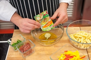 Kolorowa sałatka makaronowa z salami i papryką - VIDEO – krok 4