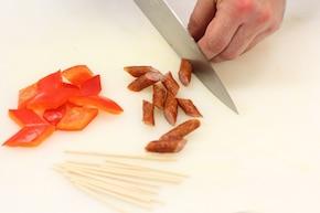 Koreczki z kabanosów i ogórków marynowanych – krok 5