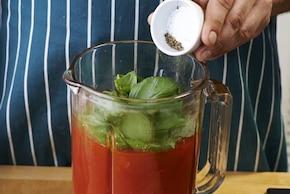 Krem z pomidorów z mozzarellą i bazylią z paluszkiem grissini – krok 3
