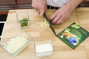 Kremowa zupa z młodej cebuli  – krok 1
