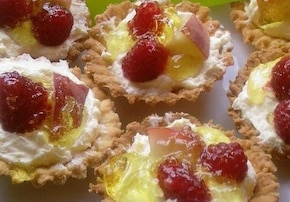 kruche babeczki z kremem budyniowym, owocami i galaretką