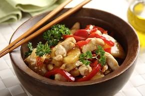 Kurczak po chińsku z ananasem i papryką