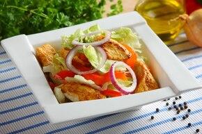Kurczak w sosie czosnkowym z sałatą