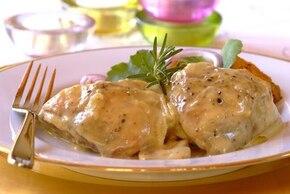 Kurczak z białym sosem ziołowym