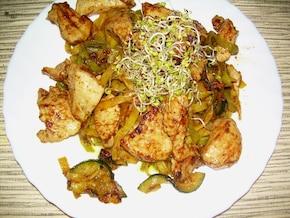 Kurczak z cukinią i zieloną pastą.