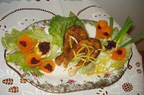 Łosoś grillowany na liściu salaty z borówkami