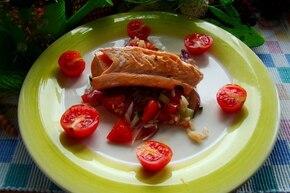 łosoś z ryżem i salsą z sosem paprykowym