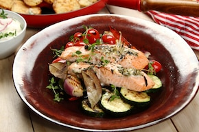 Łosoś z sosem chrzanowym na grillowanych warzywach