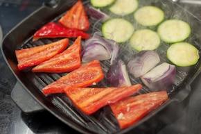 Łosoś pieczony z sosem chrzanowym na grillowanych warzywach – krok 4
