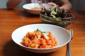 Makaron kolanka z mięsem mielonym w sosie pomidorowym i z parmezanem