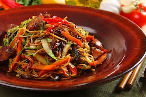 Makaron smażony z kurczakiem i warzywami