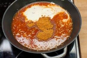Makaron z sosem pomidorowym – krok 3