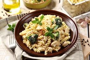 Makaron z kurczakiem i warzywami w sosie śmietanowo-ziołowym