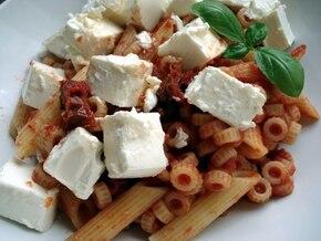 Makaron z sosem pomidorowym, suszonymi pomidorami i fetą