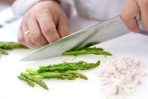 Makaron ze szparagami i wędzonym łososiem – krok 2