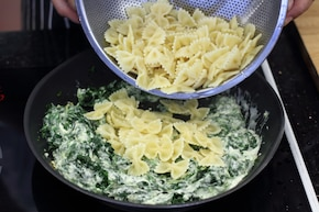 Makaron ze szpinakiem i serem feta  – krok 4