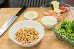 Makaron gryczany z duszonymi warzywami i cieciorką – krok 1