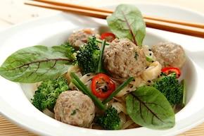 Makaron ryżowy z klopsikami orientalnymi i brokułami