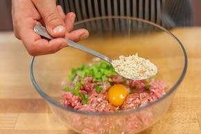 Makaron ryżowy z klopsikami orientalnymi i brokułami  – krok 1