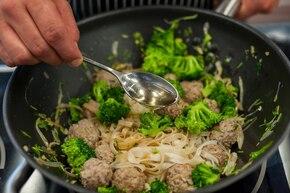 Makaron ryżowy z klopsikami orientalnymi i brokułami  – krok 5