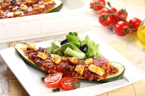 Cukinia nadziewana mięsem mielonym, serem feta i oliwkami