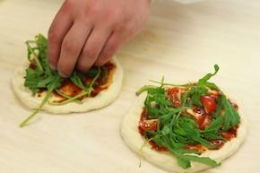 Mini pizza trzy różne smaki - VIDEO – krok 4