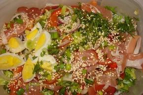 mix salat z jajkiem, szynką parmeńską i prażonym sezamem