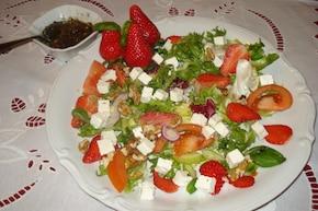 Mix sałat z truskawkami i serem