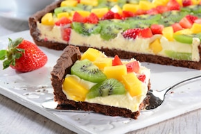 Mleczny mazurek z owocami