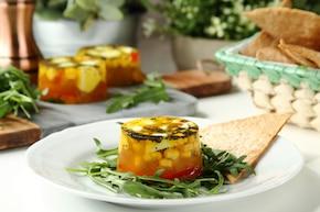 Mozzarella w galarecie z warzywami, makiem i chrupiącymi tostami