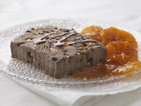 Mrożona terrina z lodów czekoladowych i bezy z pomarańczami w sosie karmelowym