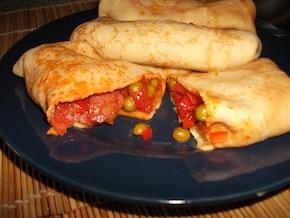 Naleśniki z farszem z salami, papryki i pomidorów