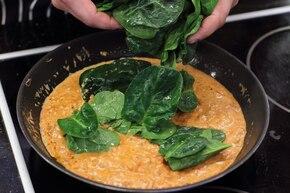 Spaghetti z pomidorami i szpinakiem – krok 4