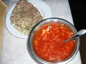 Nietypowy schabowy pod ziołowo-serową pierzynką i sosem salsa