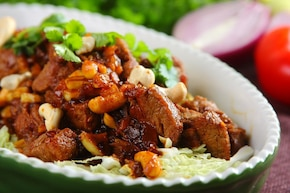 Orientalna wołowina z orzechami i sezamem