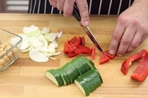 Orientalny kurczak z ciecierzycą i warzywami po indyjsku – krok 1