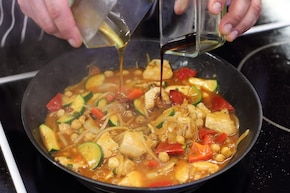 Orientalny kurczak z ciecierzycą i warzywami po indyjsku – krok 4