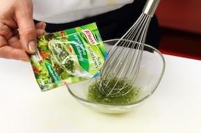 Owocowo-ziołowa sałatka serowa – krok 2
